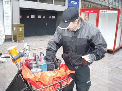 Ein freiwilliger Helfer mit Transportfahrrad