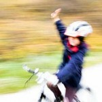 Kind fährt auf einem Fahrrad