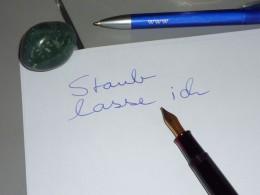 """Stift, Papier und der Anfang des Satzes """"Staub lasse ich.."""""""