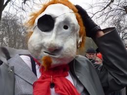 Figur mit weißer Maske