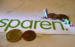 Miniatur-Hausfrauen putzen Geldstücke