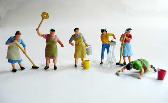 6 Miniatur-Hausfrauen stehen zusammen