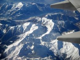 Alpen aus der Luft mit Flugzeugflügel