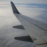 Flügel eines Flugzeugs in der Luft