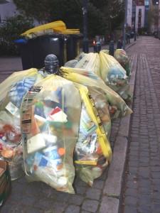 Gelbe Säcke mit Müll am Straßenrand