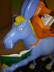 Skulptur Esel und Hund beim Lesen