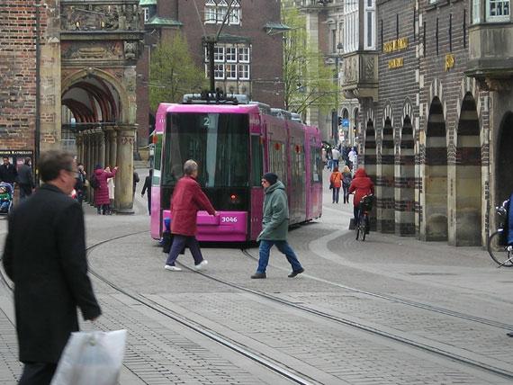 Pinke Straßenbahn nah