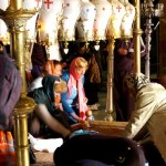 Frauen am Salbungsstein in der Grabeskirche, Jerusalem.