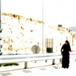 schwarzgekleidete Muslima an einem Checkpoint bei Jerusalem