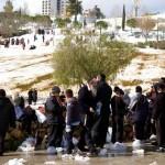 Orthodoxe im verschneiten Sacher-Park in Jerusalem