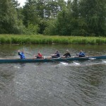 Fünf Personen im Ruderboot