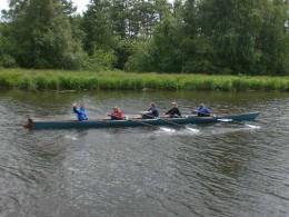 Fünf Personen beim Rudern
