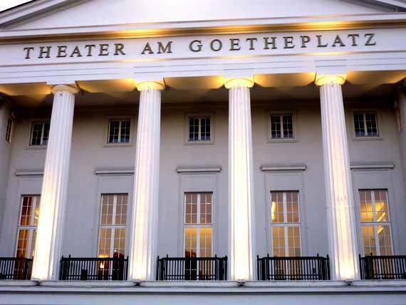 Die Fassade mit Säulen des beleuchteten Goethe Theaters