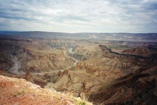 Weiter Blick über Landschaft mit Canyon