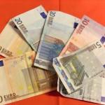 Geldscheine auf rotem Hintergrund
