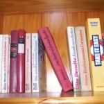 Bücher im Regal mit Lücke dazwischen