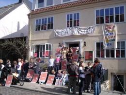 Hebammen und Eltern vor dem Bremer Geburtshaus