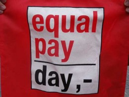 rote Tasche Equal Pay Day 2011