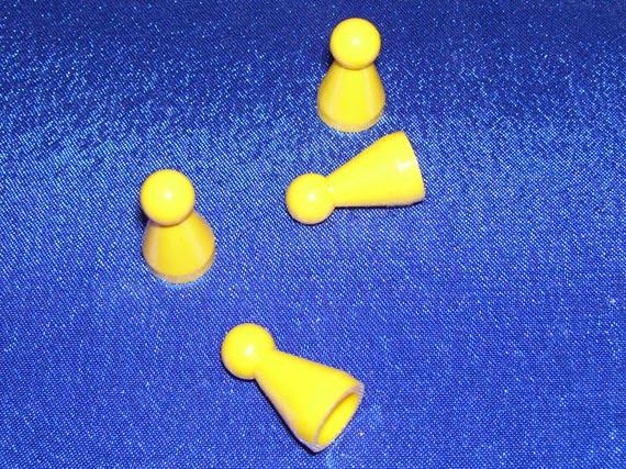 Drei gelbe Spielfiguren auf blauem Grund