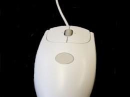 Computermaus mit schwarzem Hintergrund