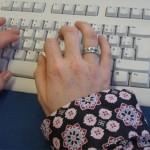 Finger tippen auf einer Computertastatur