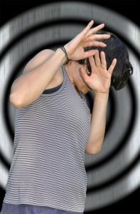 Frau schützt sich mit den Händen