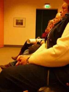 Die Autorinnen sitzen aufmerksam zuhörend bei Marieluise Beck auf den Stühlen