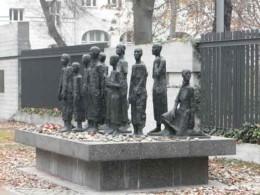 Antisemitismus, Eine Gruppe von Menschen in Bronze