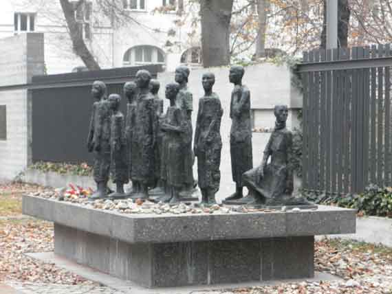 Eine Gruppe von Menschen in Bronze