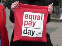 """Rote Tasche mit Aufschrift """"Equal Pay Day"""""""