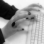 Prager Literaturstipendium 2.0 Hände an Tastatur in schwarz/weiß