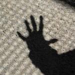 ausgestreckte hand als Schatten