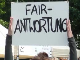 Plakat auf dem steht Fair Antwortung, Menschenrechte sind Thema
