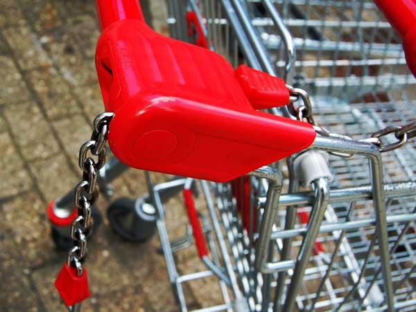 Chipeinwurf eines Einkaufswagens Nahansicht