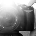 Kamera von vorne mit  Blitz schwarz weiss