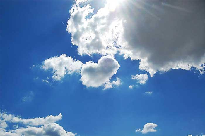 Blick in den Himmel mit Wolken und Sonne