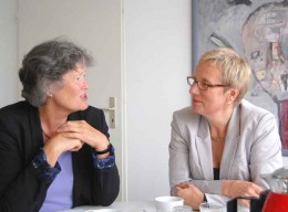 Ulrike Hauffe und Prof. Dr. Eva Quante-Brandt, Zwei Frauen unterhalten sich