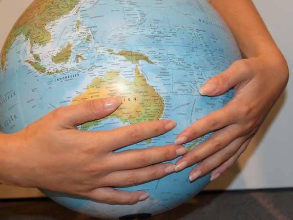 Hände umschließen globus