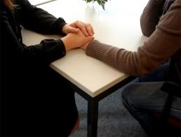Zwei Hände halten eine dritte Hand