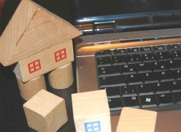 Umfrage, Bauklötze neben laptop