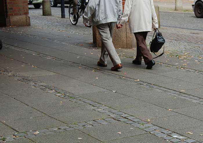 zwei senioren hand in hand