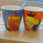 Zwei Tassen mit Prinzen darauf