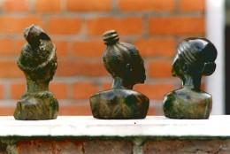 Frauenbüsten aus Stein von hinten
