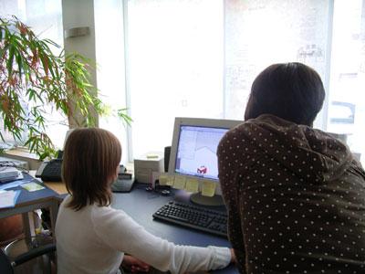 Medienkompetenz, Schülerin (links) mit Betreuerin