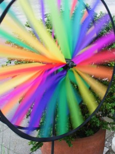 buntes Windrad vor einem Blumentopf
