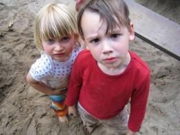 Stressbelastung für Mütter, Zwei Kinder schauen genervt in die Kamera