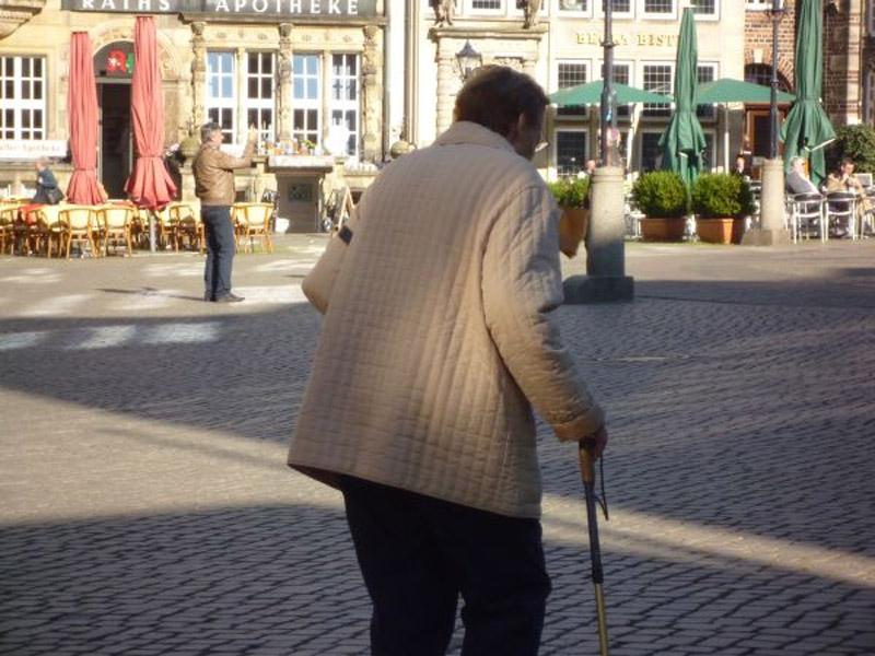 Altersrente, Alte Frau auf dem Marktplatz
