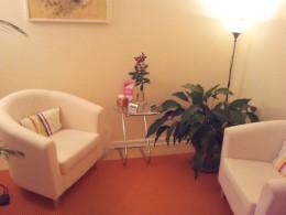 Sessel mit Glastisch, Pflanze und Lampe