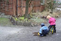 Kinder spielen am Bauernhaus