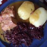 Teller mit Lammbraten, Rotkohl und Kartoffeln